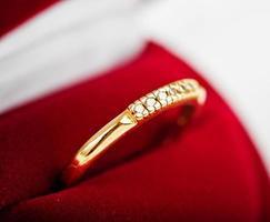 diamanten ring in een fluwelen rode doos foto
