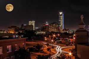 maan boven de stad foto