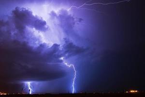 onweer over een vliegveld foto