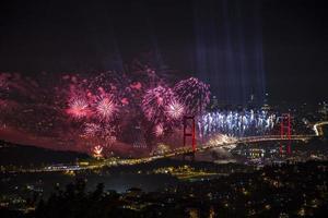 de Bosporus-brug op de republiekdag van turkije foto