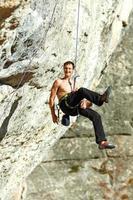 bergbeklimmer klimmen een klif foto