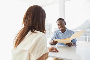 gelukkige mensen uit het bedrijfsleven samen interactie