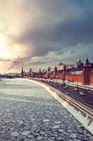 uitzicht op het kremlin en winter Moskou rivier bij zonsondergang foto