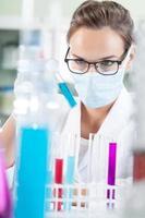 vrouwelijke chemicus in masker foto