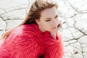 buitenshuis portret van jonge mooie vrouwelijke model foto