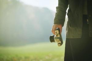 hipster vrouwelijke fotograaf die de natuur in de herfst verkent foto