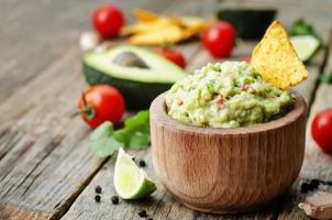 guacamole met maïschips foto