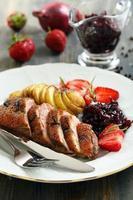 eendenborst met aardappelen en aardbeien. foto