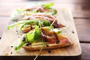 eend prosciutto gerookte eend op brood foto