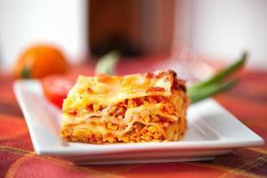 lasagne plaat op een tafelblad foto