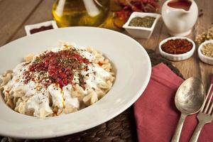 Turkse mantionplaat met tomatensaus, yoghurt foto