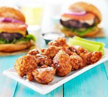barbecue kip zonder been met hamburgers en bier foto
