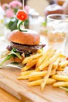 hamburger met frietjes.