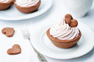 chocoladetaartjes met berry cream cheese frosting