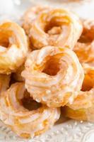 spaanse soezendeeg donuts met glazuur foto
