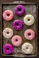 vers gebakken vanilleboon iced donuts foto