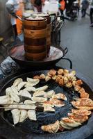 traditionele Chinese gebakken ravioli gioza jiaozi straatvoedsel keuken china foto
