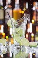 verse mojito-drank met vloeibare splash foto