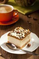 cheesecake met noten op plaat foto