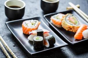 sushi geserveerd met sojasaus voor twee foto