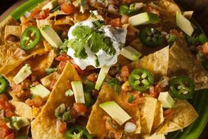 zelfgemaakte ongezonde nacho's met kaas en groenten foto
