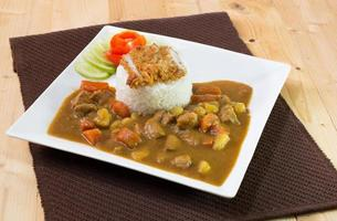 Japanse curry met tonkatsu (gebakken varkensvlees) en rijst, Japans eten foto