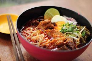 sluit omhoog Thaise noordelijke kruidige varkensvleesnoedel