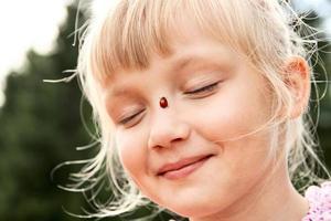 meisje met lieveheersbeestje op haar neus foto