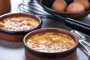 porseleinen rustieke pot met zelfgemaakte crème brulee foto