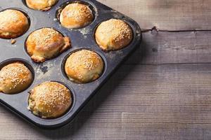 zoute muffins in een bakvorm foto