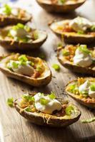 zelfgemaakte aardappelschillen met spek foto