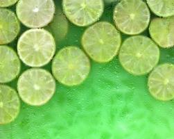 verse limonade met groene limoenen foto