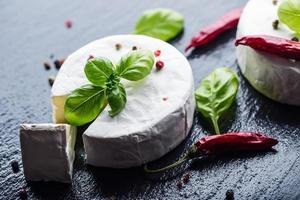 Brie. camembert kaas. verse brie en een plakje. foto
