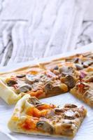 het bereiden van zelfgemaakte pizza.