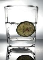 blauwe verse citroen in sodawater foto