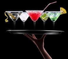 alcohol cocktail ingesteld op een ober dienblad foto