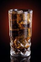 koude cola in een glas foto
