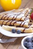 heerlijke zoete Franse pannenkoeken op een bord met vers fruit foto
