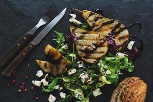 salade van gegrilde peer en blauwe kaas. foto
