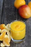 sinaasappel- en mangosmoothie. foto