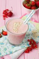 smoothies met aardbeien, bananen en bessen, gezond eten, selectieve aandacht foto
