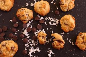 pure chocoladeschilfers en kokoskoekjes foto