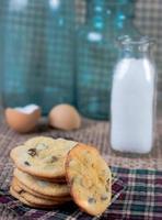 chocolate chip cookies met melk en eierschalen foto
