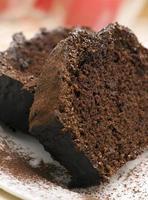plakjes chocoladetaart bestrooid met chocoladepoeder foto