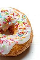 vers gebakken donut met hagelslag foto