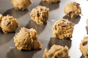 zelfgemaakte chocolate chip koekjesdeeg foto