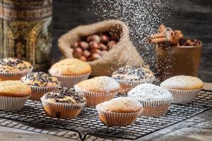 vallende poedersuiker op vanille muffins foto