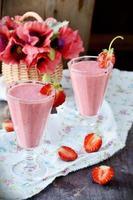 twee glazen aardbeiencocktail foto