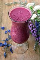 paarse smoothie met blauwe en witte bloem foto