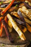 in de oven gebakken groentefrietjes foto